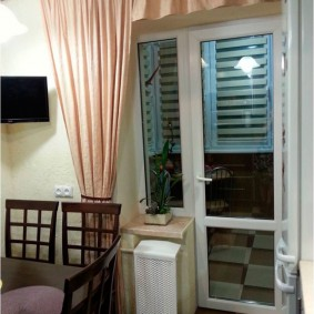 Типовая балконная дверь в интерьере комнаты