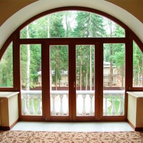 Оформление арочного проема с балконной дверью