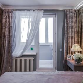 Балконный блок в интерьере спальной комнаты