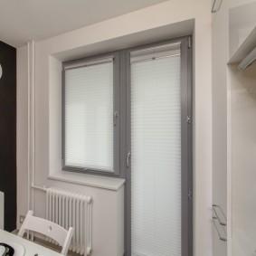 Рулонные шторы на балконной двери