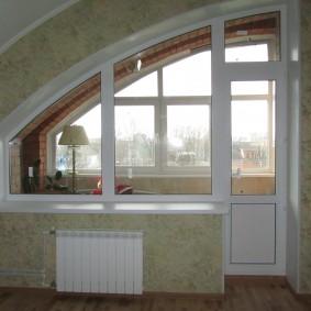 Дугообразный балконный блок в мансарде дома