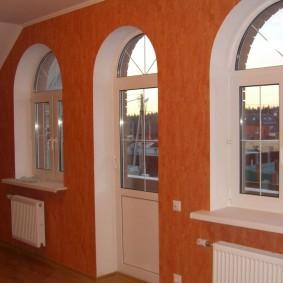 Арочные окна в гостиной с выходом на балкон