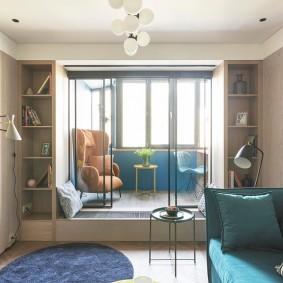 Интерьер гостиной комнаты с утепленной лоджией