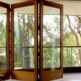 Складные двери из ПВХ-профиля под дерево