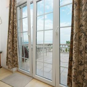 Французские окна в пол на балконе частного дома