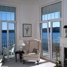 Угловая гостиная с высокими окнами