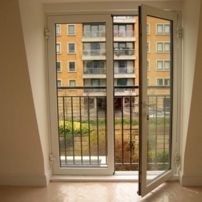 Широкая дверь на открытый балкон в квартире