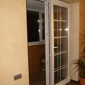 Сдвижная дверь из ПВХ-профиля белого цвета