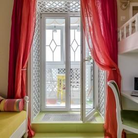 Розовые занавески на балконной двери