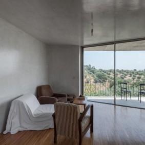 Широкое окно с панорамными стеклами