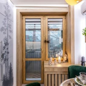 Узкий балконный блок из натуральной древесины