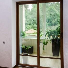 Балконная дверь с имитацией натурального дерева