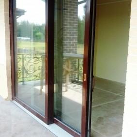 Сдвижные створки балконной двери из алюминия