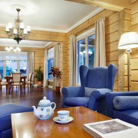 Синяя мебель в гостиной дома из бруса