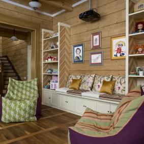 Уютная гостиная в небольшом загородном доме