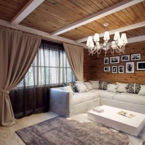 Люстра в ретро стиле на деревянном потолке