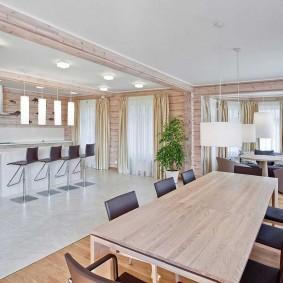 Большой стол для обедов в деревянном доме