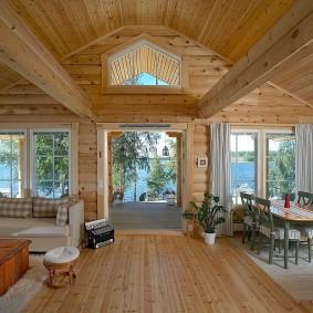 Столовая-гостиная в деревянном доме