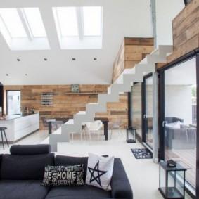 Открытая лестница в частном доме