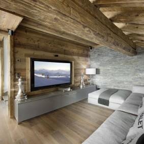 Большой диван перед телевизором в доме