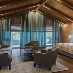 Интерьер спальни-гостиной в дачном доме