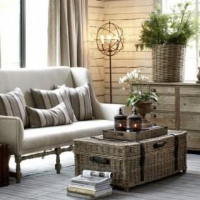 Плетенный сундук перед диваном в гостиной