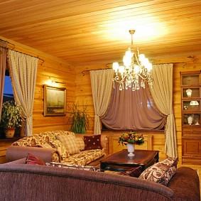 Красивая люстра в гостиной деревенского дома