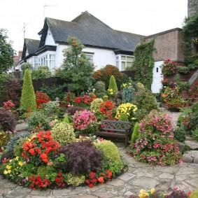 Сочетание цветущих растений с хвойными в ландшафте сада