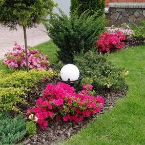 Садовый фонарик с плафоном круглой формы