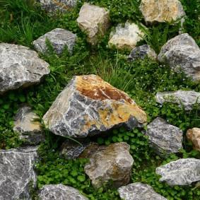 Красивые камни на дачном участке