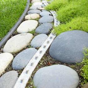 Садовый бордюр из камней природной расцветки