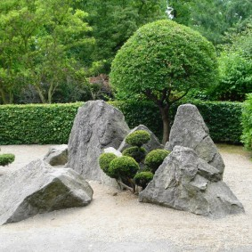Японский сад с камнями серого цвета