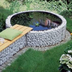 Ограждение габионами садового водоема