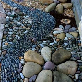 Красивая укладка речной гальки на даче