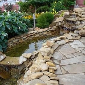 Небольшой пруд с каменным водопадом