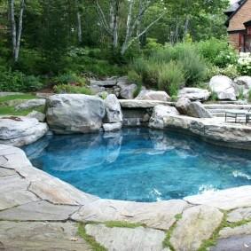 Садовый пруд с прозрачной водой