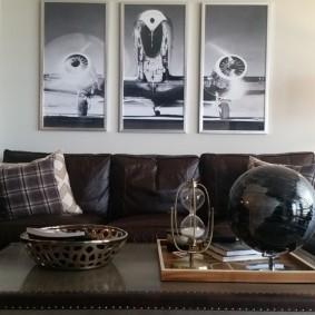 Кожаный диван под модульными картинами