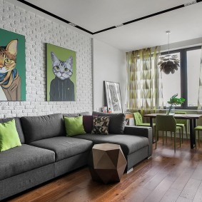 Две картины на кирпичной стене гостиной комнаты