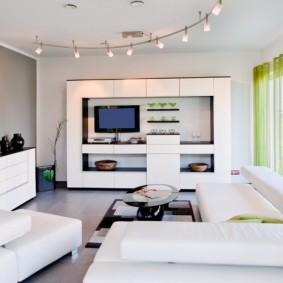 Декор гостиной комнаты в стиле хай-тек