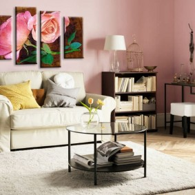 Декорирование розовых стен в гостиной комнате