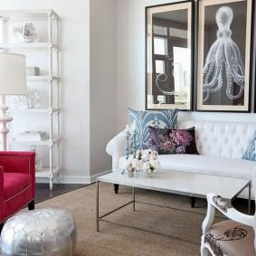 Яркое кресло в зоне отдыха гостиной комнаты
