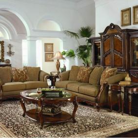 Темно-коричневая мебель из натурального дерева