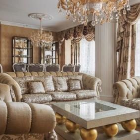 Журнальный столик с декором золотистыми шарами