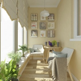 Светлые стены на лоджии с большим окном