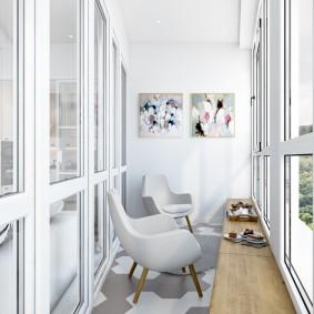 Удобные стулья на балконе с панорамным остеклением