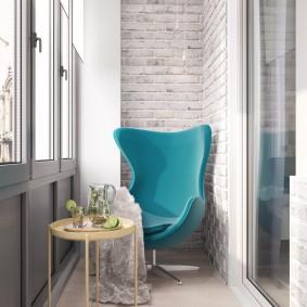 Бирюзовое кресло в интерьере балкона