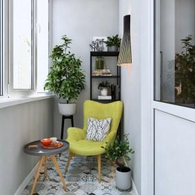 Уютное место для комфортного отдыха на балконе