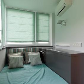 Узкая кровать в интерьере балкона