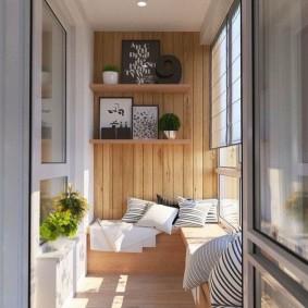 Деревянные полочки для декораций на балконе