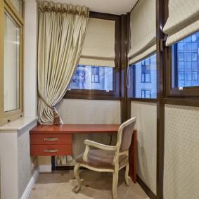 Письменный стол на теплом балконе